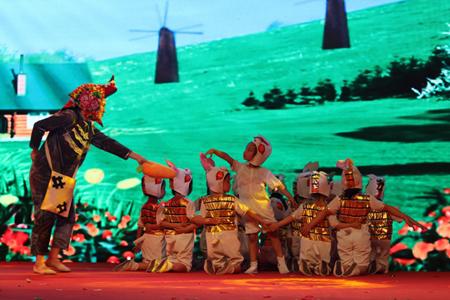情景舞蹈《牙牙与泡泡》《绝不上当》,改编舞蹈《可爱娃娃》,英语童